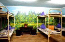 Комната с тремя двухэтажными кроватями