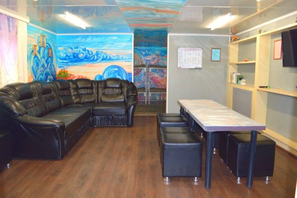 Комната с голубой картиной на стене